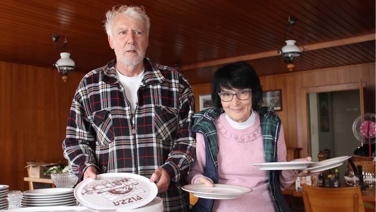 Peter Hostettler und Béa Binggeli verkaufen im Gasthaus Hirschen noch bis Mittwochabend ihr Geschirr, das Besteck, die Gläser sowie das Dekomaterial.