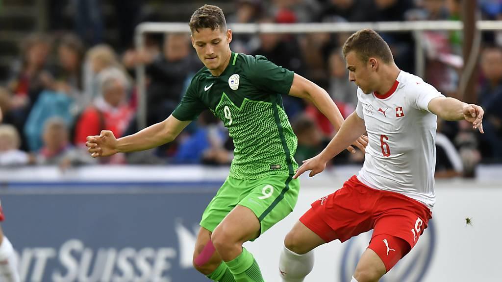 Zan Celar (links) 2019 in einem U21-Länderspiel gegen die Schweiz (im Bild Vasilije Janjicic).