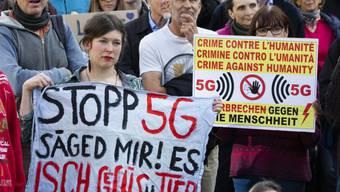 Demonstranten protestieren gegen den Ausbau des 5G-Netzes an einer nationalen Kundgebung in Bern.