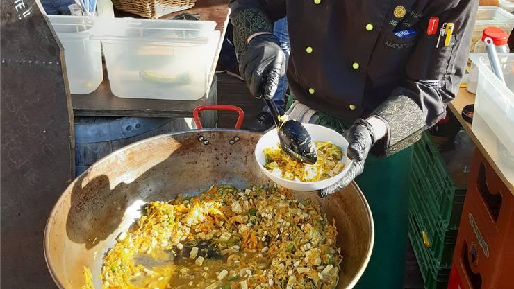 Michael Schöpfer vom «Biolade» kocht aus «schlechtem» Gemüse ein leckeres Essen. Bild: zvg