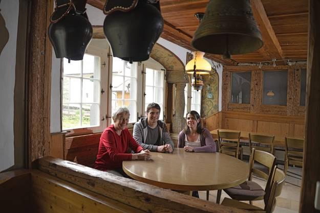 Die Wirtefamilie in der Gaststube (v.l.): Rita Bader-Walser, Thomas Bader mit Ehefrau Tanja. Hinten sind die Balken der Fachwerkwand zu sehen, die laut den Forschern «frühestens 1627 eingebaut werden konnte.»