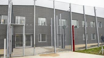 """In der Schweiz waren im Jahr 2014 von den männlichen Inhaftieren  0,3 Prozent minderjährig, von den weiblichen 0,6 Prozent. Im Bild das Waadtländer Jugendgefängnis """"Aux Léchaires"""". (Archivbild)"""