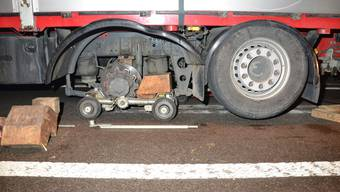 Der Lastwagen verlor zwei Räder auf der linken Seite der zweiten Achse.