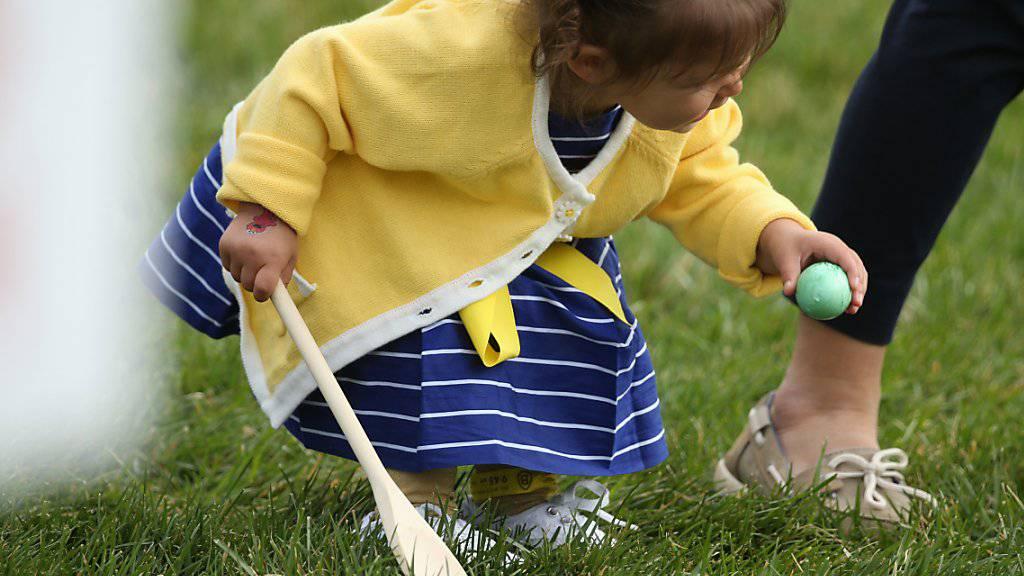 Ein Mädchen mit Osterei beim letzten Ostereierrollen im Garten des Weissen Hauses. Auch unter Präsident Donald Trump soll der Brauch stattfinden. (Archiv)