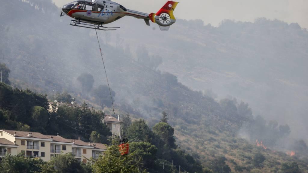 Einsatzkräfte bekämpfen ein Feuer im Bergpark Castillo in der Nähe von Tivoli, ein paar Kilometer von Rom entfernt. Foto: Cecilia Fabiano/LaPresse/AP/dpa