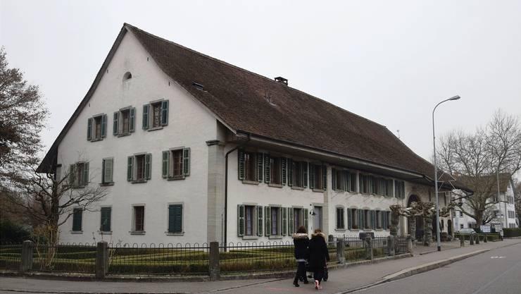 Der Gemeinderat möchte das Bossarthaus und die Bossartschüür an der Dorfstrasse verkaufen, um die Verschuldung zu reduzieren. mhu