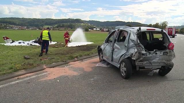 Sportflugzeug stürzt bei Kölliken auf Auto