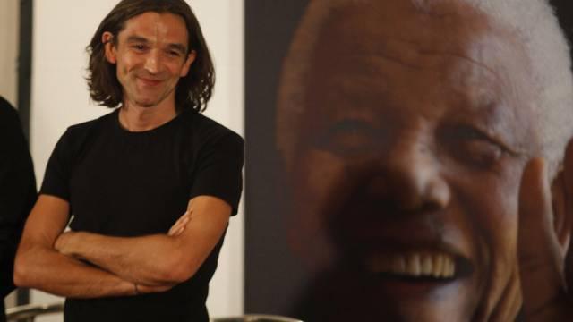 Justin Chadwick posiert vor einem Mandela-Poster (Archiv)
