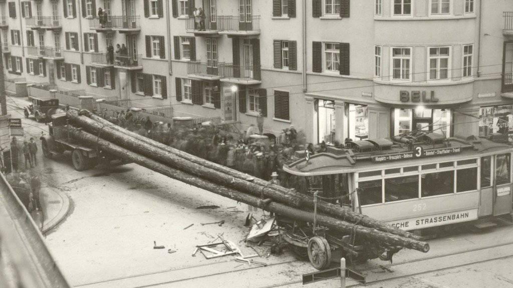 Die Ladung war etwas lang: Am 8. Januar 1932 ereignete sich in der Stadt Zürich eine Kollision zwischen einem Dreier-Tram und einem Holztransporter. Das Stadtarchiv Zürich hat Teile seines fotografischen Bestandes im Internet veröffentlicht. (Bild: Stadtarchiv Zürich)