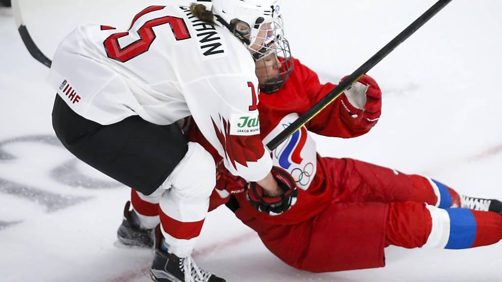 Die Schweizer Matchwinnerin Laura Zimmermann teilt gegen die Russin Liana Ganejewa aus