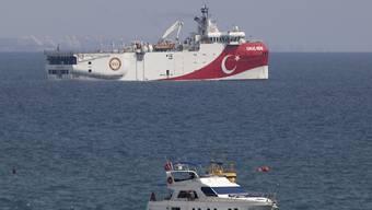 ARCHIV - Das türkische Forschungsschiff «Oruc Reis» (hinten) liegt vor der Küste von Antalya im Mittelmeer. Das türkische Forschungsschiff ist nach monatelanger umstrittener Erkundung von Erdgasvorkommen im östlichen Mittelmeer in die Türkei zurückgekehrt. Foto: Burhan Ozbilici/AP/dpa