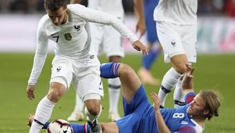 Island-Torschütze Bjarnason versucht Frankreichs Griezmann zu stoppen