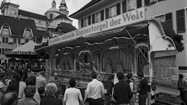 12.6.1982: Schier unzählig waren die Drehorgeln am  1. Internationalen Drehorgeltreffen in Solothurn; einmalig jene auf dem Klosterplatz: «Die grösste reisende Konzertorgel der Welt» mit 15 automatischen Registern, 112 Tonstufen, 10 Meter lang, 12 Tonnen schwer.
