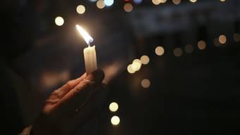 Kerzen für Opfer von sexuellem Missbrauch durch Geistliche in Chile - Papst Franziskus hat zwei chilenische Bischöfe wegen Kindesmissbrauchs aus dem Klerikerstand entlassen.
