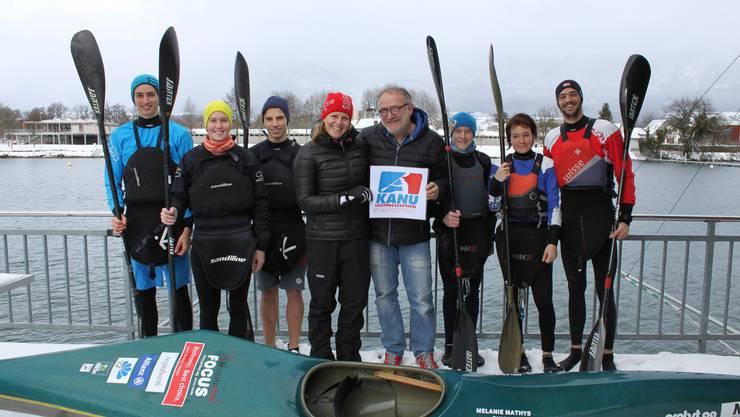 Logo-Übergabe vor den Wassertraining: Leano Meier, Melanie Mathys, Robin Häfeli, Kristin Amstutz, Peter Probst, Basil Jenny, Evelyn Merklin, Nico Meier. (von links)