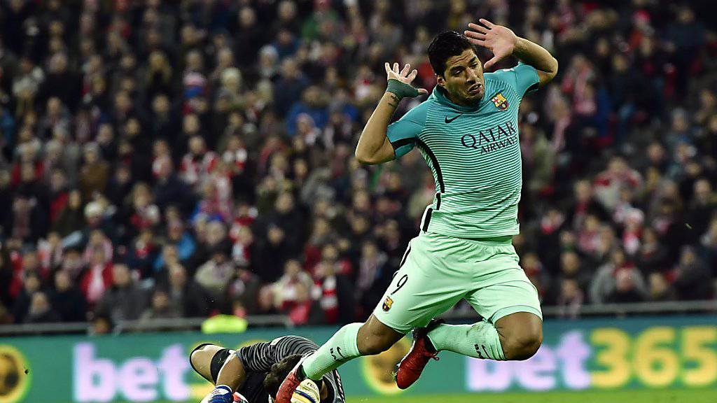 Luis Suarez stolpert über Bilbaos Keeper Gorka Iraizos