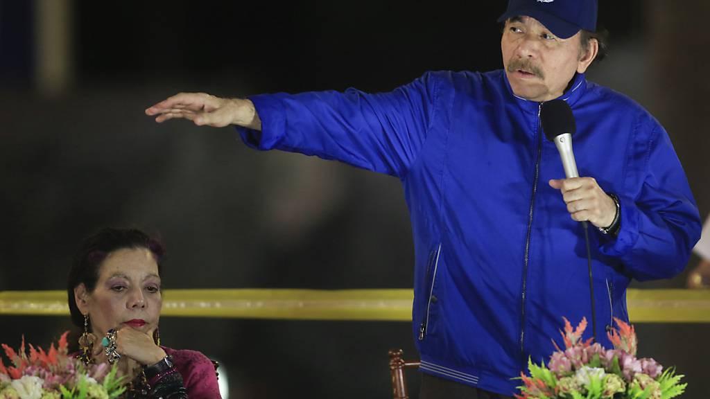 ARCHIV - Daniel Ortega, Präsident von Nicaragua, spricht neben Rosario Murillo, First Lady und Vizepräsidentin von Nicaragua. Ortega kandidiert bei der Präsidentenwahl im November dieses Jahres für seine vierte Amtszeit in Folge. Das teilte die Regierungspartei FSLN (Sandinistische Befreiungsfront)mit. Foto: Alfredo Zuniga/AP/dpa