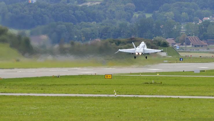 Eine FA-18 der Schweizer Luftwaffe startet auf dem Flugplatz Payerne. Dieses Jahr werden rund 100 zusätzliche Trainingsflüge in der Nacht durchgeführt. KEYSTONE