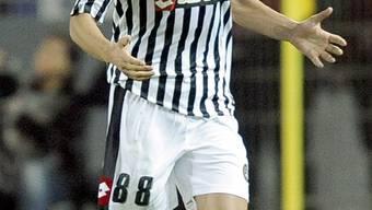 Gökhan Inler feiert sein Tor im UEFA-Cup gegen Borussia Dortmund.