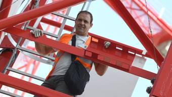Kranführer hoch über den Dächern Basels