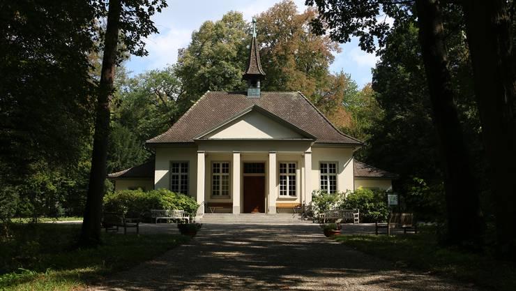 Ein alleeartiger Baumbestand führt vom Haupteingang des Waldfriedhofes zur Kapelle.