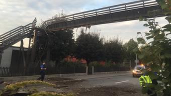 In Laufenburg wurde am Abend des 23. September eine Fussgängerbrücke durch einen zu hoch beladenen Lastwagen zerstört. Dabei wurde eine Person leicht verletzt.