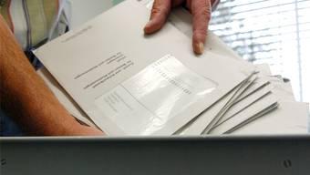 Der Regierungsrat wird für die fehlenden Flyer in einigen Wahlcouvers kritisiert.