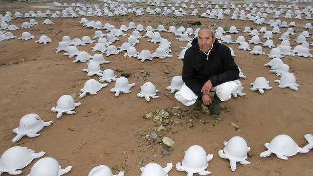 Rachid Khimoune inmitten seiner Schildkröten-Skulpturen in der Normandie