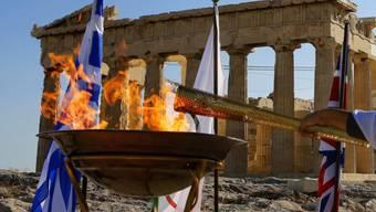 In Athen wurde das olympische Feuer an England übergeben.