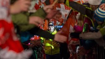 Patrick Küng lässt sich nach seinem Lauberhornsieg im Januar 2014 feiern.