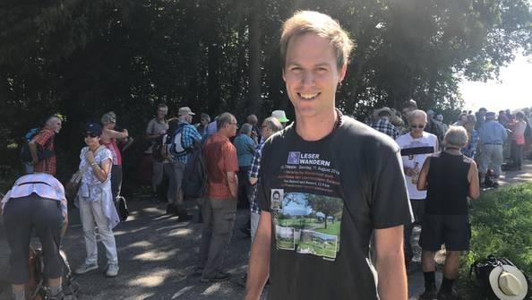 """AZ-Wanderleiter Samuel Schumacher bekam vom treuen Wanderer Werni (alle Etappen dabei!) dieses T-Shirt geschenkt. Unten hinten heisst es: """"Danke Samuel!"""""""