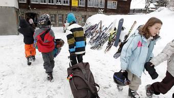 Der Nationalrat sorgt sich nach einem Bundesgerichtsentscheid um die Existenz von Schneesportlagern. Er beauftragt der Bundesrat mit einem Bericht zu finanziellen Möglichkeiten. (Themenbild)