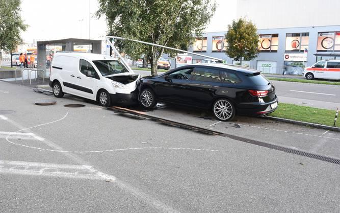Volketswil ZH, 16. Oktober: Bei einem Verkehrsunfall haben sich zwei Fussgänger mittelschwere bis schwere Verletzungen zugezogen.