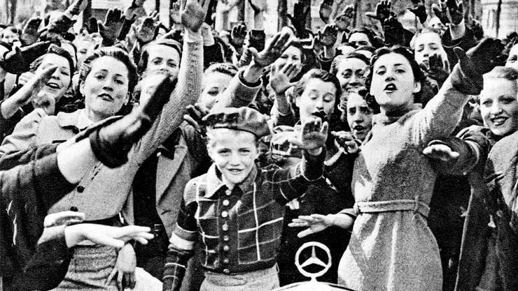 Junge Franco-Anhänger jubeln im April 1939 den siegreichen Truppen in Madrid zu. Keystone