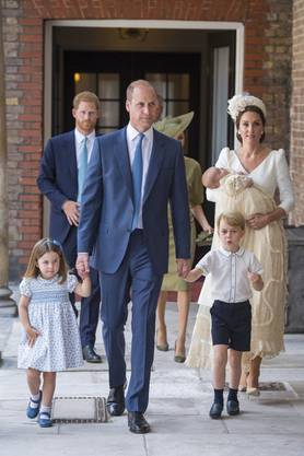 Die Familie trifft zur Taufe in der Kapelle des St. James's Palace in London ein: Prinzessin Charlotte, Papa Prinz William, Prinz George und Mama Hezogin Kate mit dem kleinen Louis.