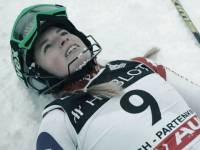 Nein, nein. Das ist nicht die Skirennfahrerin Lara Gut, das ist die Schauspielerin Lara Gut, die eine Skifahrerin spielt.