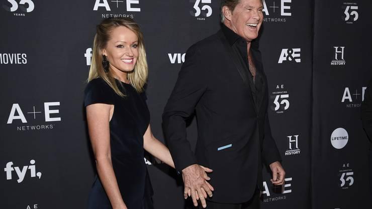 Mit Sänger und Schauspieler David Hasselhoff (rechts) verheiratet zu sein, ist für das britische Model Hayley Roberts nicht immer nur lustig. (Archivbild)