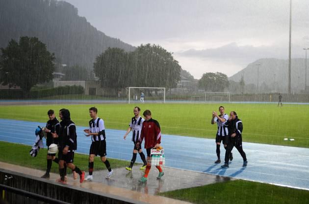 Die Brugger bezwingen Küttigen klar mit 4:0 und spielen am Dienstag in Tägerig gegen Sarmenstorf um den Aufstieg in die 2. Liga.Klatschnass, aber zufrieden verabschieden sich die Brugger Spieler mit Trainer Ivo Keller (hinten rechts).