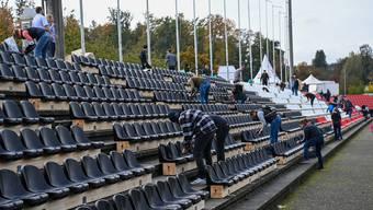 Viele Helfer haben im Oktober die neuen Sitzplätze montiert.