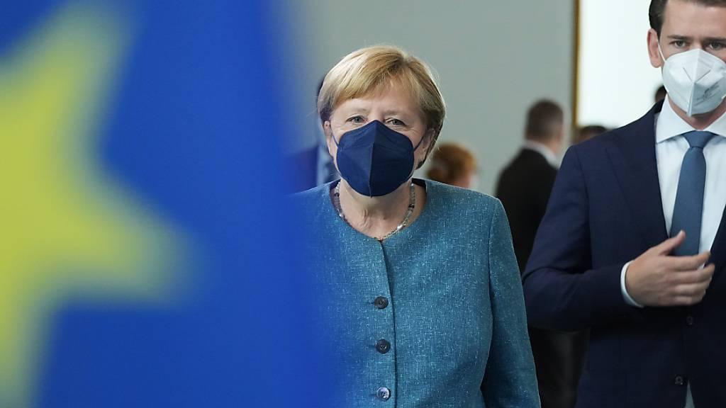 dpatopbilder - Vor einem gemeinsamen Gespräch gehen Bundeskanzlerin Angela Merkel (CDU) und der österreichische Bundeskanzler Sebastian Kurz an einer EU-Fahne vorbei, um im Bundeskanzleramt ein Statement abzugeben. Foto: Kay Nietfeld/dpa Pool/dpa