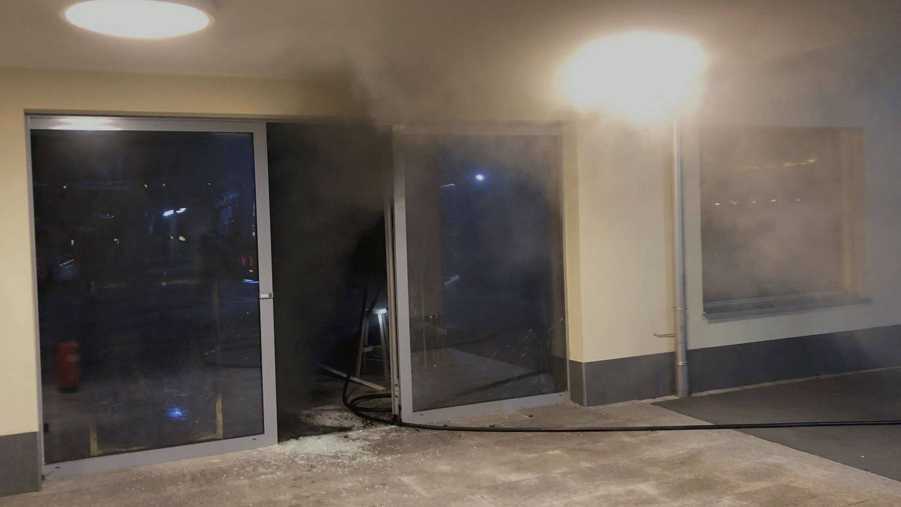 Die Feuerwehr musste die Tür des Lokals aufbrechen, um das Feuer im Innern zu löschen.