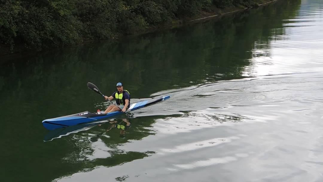 Der ehemalige Rettungsschwimmer Manuel Zöllig aus Villnachern auf seinem Surfski