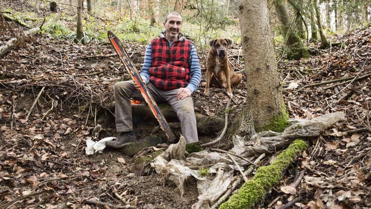 Marco Agostini mit Hund Gogo. Der Grünen-Politiker aus Duggingen sammelt immer wieder in den Wäldern Abfall ein. Dabei ist er auf eine Deponie gestossen, die der Kanton wohl räumen muss.