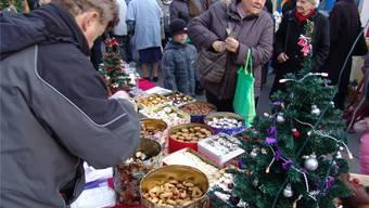 Der Dietiker Weihnachtsmarkt, hier eine Aufnahme von 2008, hat sich zum beliebten Treffpunkt entwickelt. mu