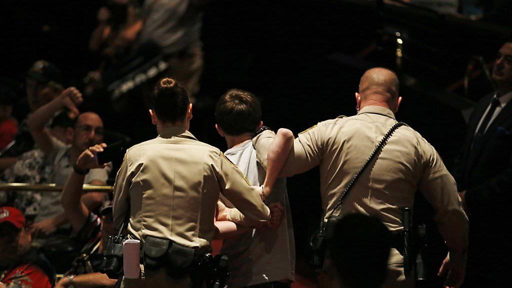 Beim Auftritt von Donald Trump in Las Vegas führt die Polizei einen Mann ab. (Archivbild)