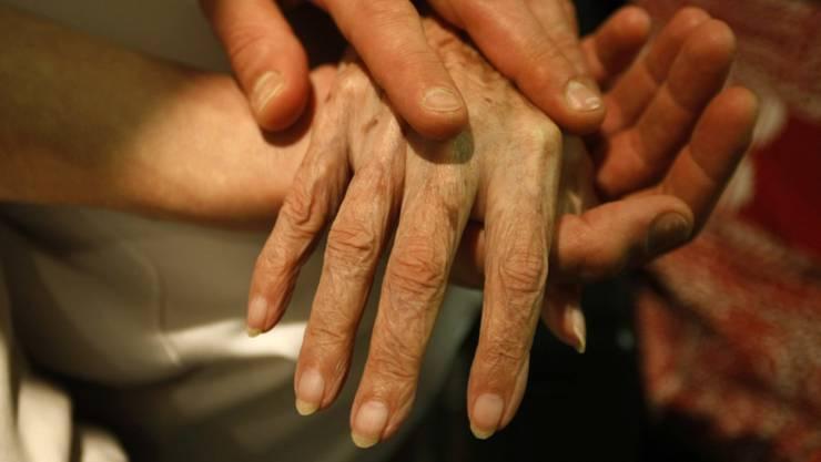 Die meisten Menschen, die mit Hilfe einer Sterbehilfeorganisation aus dem Leben scheiden, leiden an einer schweren, zum Tode führenden Krankheit. (Symbolbild)