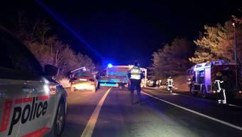 Die Kantonsstrasse bei Susten im Oberwallis war nach einem Unfall zwischen einem Reisecar und einem Auto gesperrt.