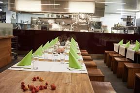 Einen etwas grösseren Küchentisch für Gruppen bietet das Restaurant Einstein in Aarau an. Hier gibt es die Küchentisch-Erfahrung mittags schon ab 26 Franken. Die Schüsseln werden auf die Tische gestellt, der Gast schöpft selber. Am Abend ist der Küchentisch für Gruppen ab zwölf Personen buchbar – mit dem Menü nach Wunsch. «Wir haben sehr viele positive Rückmeldungen. Die Gäste schätzen die ungezwungene Art und den schnellen Service. Es gibt ihnen das Gefühl, wie zu Hause zu sein», sagt Gastgeber Franz Maier. (ja.)