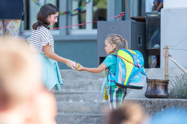 Glücksbringer zum Start: Alle Erstklässler erhalten einen Regenbogenstein.