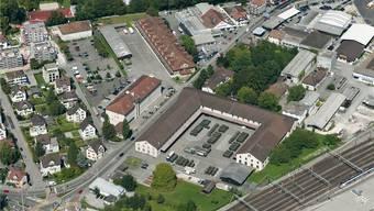 Die Zeughausanlage Aarau mit fünf Bereichen, darunter das Hauptgebäude (Bildmitte) und der markante u-förmige Komplex (rechts), wird nicht mehr für militärische Zwecke benötigt.ZWA